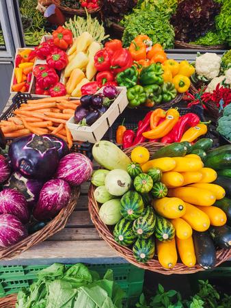 top-down zicht op kleurrijke groenten op een markt