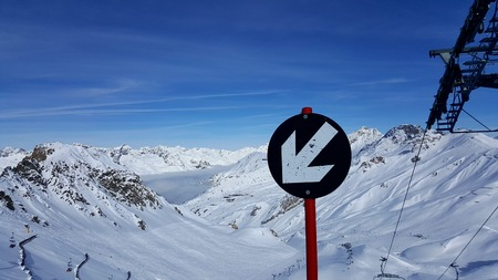 Image of wintersport sign showing a black slope with arrow