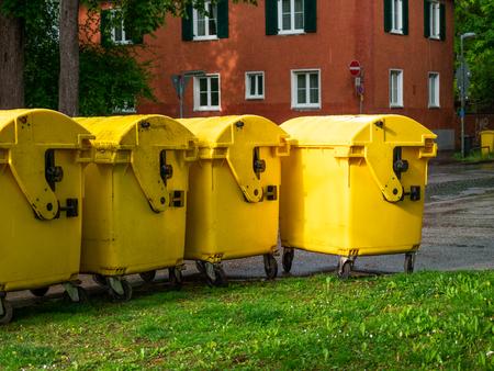Obraz żółtych pojemników na odpady, kosza na śmieci na specjalne śmieci, podczas gradu i deszczowej pogody, zbliżenie