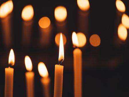 Afbeelding van veel brandende kaarsen met ondiepe scherptediepte