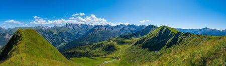 Green mountain landscapes at Fellhorn in Allgaeu Banque d'images - 129369024