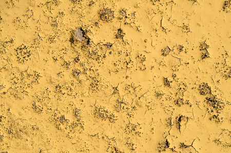 beton: The texture of the yellow old paint on the concrete took up grains, disappears Stock Photo