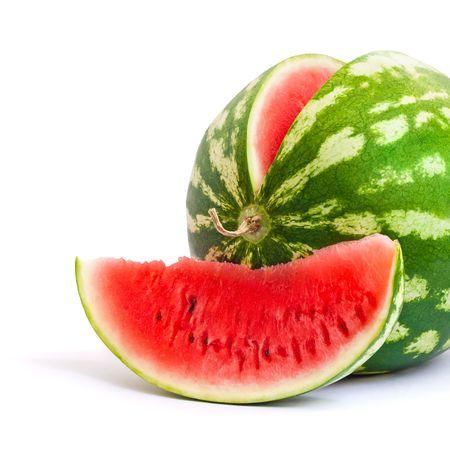 Watermeloen en plak van watermeloen die op witte achtergrond wordt geïsoleerd Stockfoto