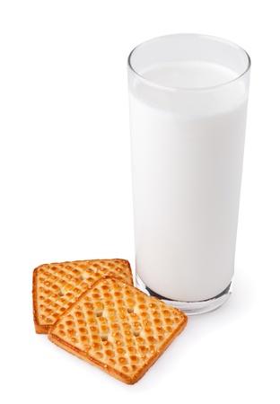 latte fresco: Bicchiere pieno con latte e due biscotti isolati su sfondo bianco