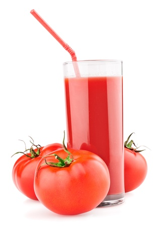 Vollen Glas frischen Tomatensaft und Tomaten isolated on white background