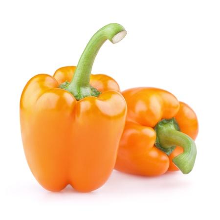 Deux poivrons oranges isolés sur fond blanc