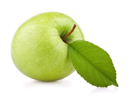 manzana verde: Manzana verde con hojas aislados en blanco Foto de archivo