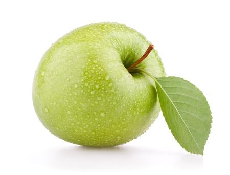 appel water: Groene appel vruchten met blad geïsoleerd op witte achtergrond