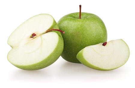 Grüne Äpfel und Apfelspalten isolated on white background