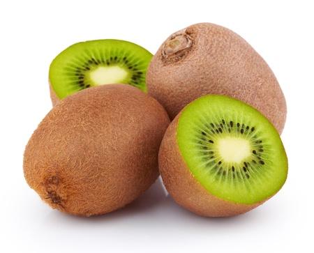 kiwi fruta: Las frutas maduras kiwi con mitades aisladas sobre fondo blanco