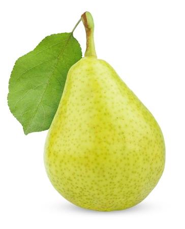 buena salud: Ripe fruta verde amarillo pera con hoja aislado en blanco