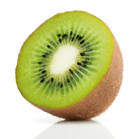 frutas: Fruta kiwi jugosa aislada en el fondo blanco Foto de archivo