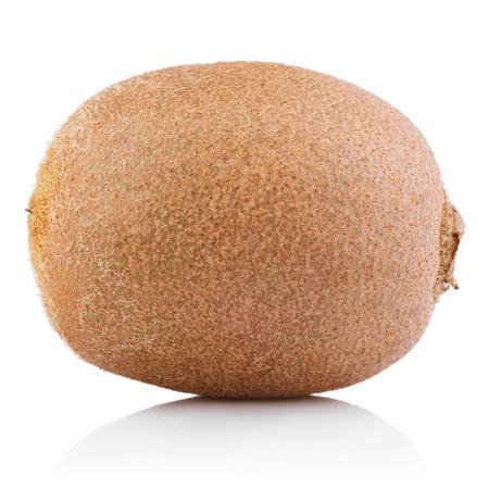 kiwi fruta: Fruta kiwi completa aislado sobre fondo blanco