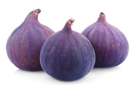 fichi: Tre frutti di fico isolato su sfondo bianco