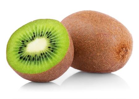 kiwi fruta: Fruta kiwi maduro con la mitad aislada sobre fondo blanco Foto de archivo
