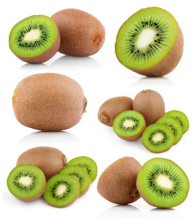 kiwi fruta: Conjunto de frutas con rodajas de kiwi aisladas en blanco Foto de archivo