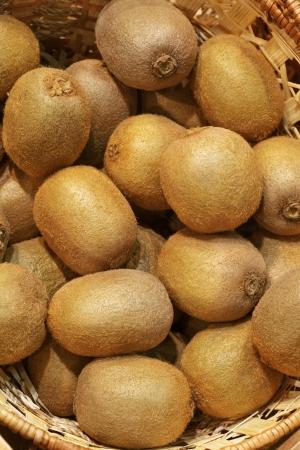kiwi fruta: Primer plano de muchas frutas jugosas kiwi en cesta