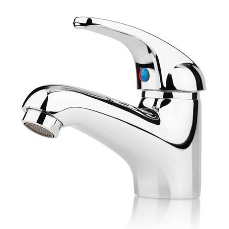 agua grifo: Detalle de grifo mezclador de agua de abastecimiento de agua aislado en blanco con trazado de recorte