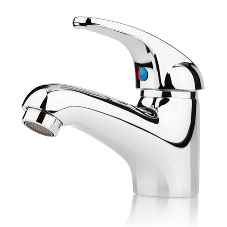 llave de agua: Detalle de grifo mezclador de agua de abastecimiento de agua aislado en blanco con trazado de recorte