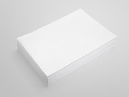 Pile de papier blanc sur fond gris avec chemin de détourage Banque d'images