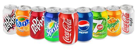 lata de refresco: Grupo de diversas marcas de bebidas gaseosas en latas de aluminio aislados en blanco con trazado de recorte. Marcas incluidas en este grupo son Coca Cola, Pepsi, Sprite, Fanta, 7up, Mirinda, Dr Pepper Editorial