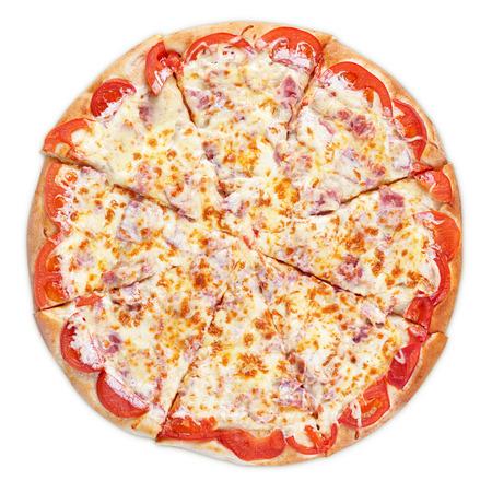 vista superior: Pizza italiana deliciosa con el jam�n, el tomate y el queso aislado en blanco