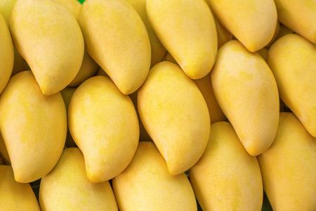 市場 - エキゾチックなタイの果物の黄色いマンゴーのクローズ アップ