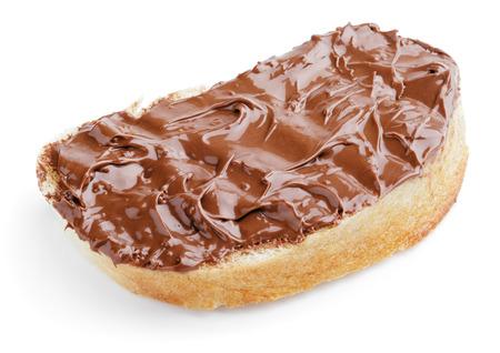 cacao: Primer plano de una rebanada de pan con chocolate y avellanas aislados en blanco