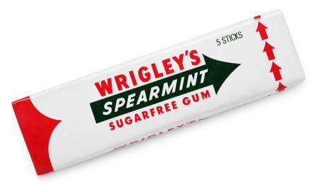 goma de mascar: Spearmint masticar chicle hecha por Wrigley aislado en blanco con trazado de recorte