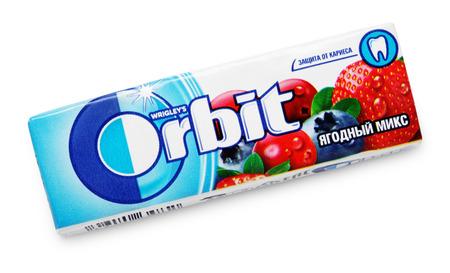 goma de mascar: Orbit Chewing Gum hecho por Wrigley aislado en blanco con trazado de recorte Editorial