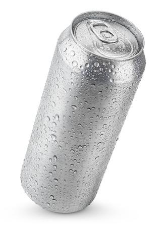 cola canette: 500 ml de bière en aluminium peut avec des gouttes d'eau isolé sur blanc Banque d'images
