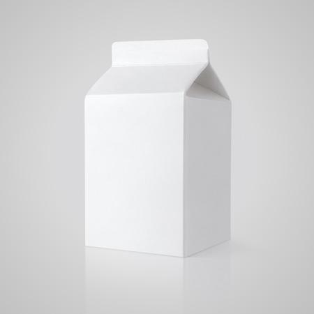 クリッピング パスと灰色の背景に白い空白のミルク カートンのパッケージ