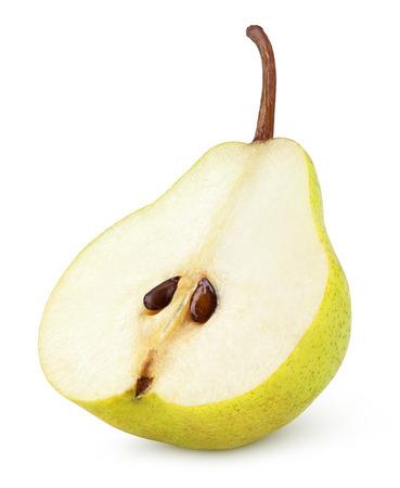 pera: La mitad de la fruta de pera amarillo aislado en blanco con trazado de recorte