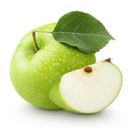 manzana: Manzana verde madura con la hoja y el tramo aislado en un fondo blanco con trazado de recorte