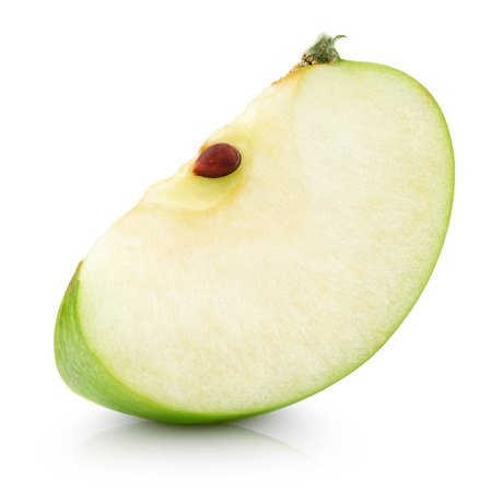 manzanas: Rodaja de manzana verde aislado en blanco con trazado de recorte