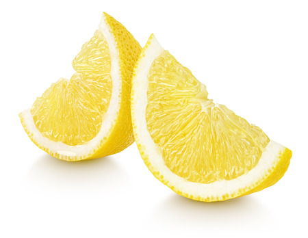 limonero: Rebanadas de c�tricos de lim�n fruta aisladas sobre fondo blanco Foto de archivo