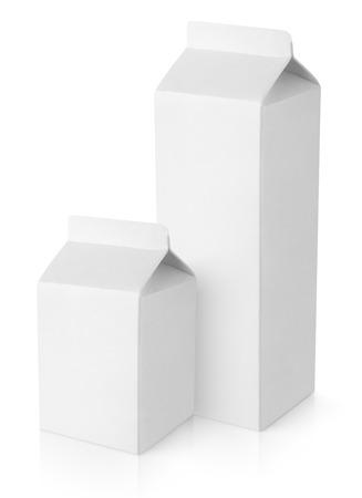 envase de leche: Envases de cartón de leche en blanco aislado en fondo blanco