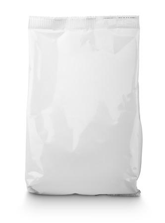 クリッピング パスと白で隔離空白のスナック袋パッケージ