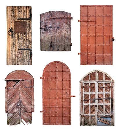 puertas antiguas: Conjunto de viejas puertas cerradas con llave oxidada aislado sobre fondo blanco con el camino de recortes