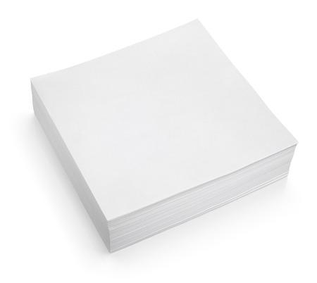 Pila de palillo de la nota (papel blanco) aislado en blanco con trazado de recorte