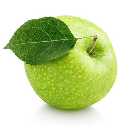 manzana verde: Única manzana verde madura con hojas aisladas en blanco