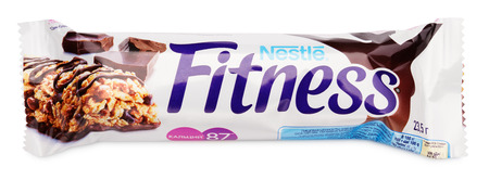 barra de cereal: MOSCOW, RUSSIA - FEBRUARY 1, 2017: Top view of Nestle Fitness (dark chocolate flavor) wholegrain cereal bar isolated on white background. Fitness bar made by Nestle and Cereal Partners.
