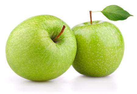 manzana verde: Par de maduras manzanas verdes con hoja de manzana verde aislado en el fondo blanco