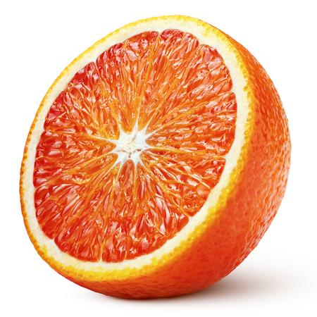 Dojrzała połowa owoców cytrusowych czerwony pomarańczowy krwi na białym tle ze ścieżką przycinającą. Pełna głębia ostrości.
