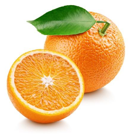 Fruta cítrica naranja madura entera con hoja y mitad naranja aislada sobre fondo blanco. Naranjas con trazado de recorte. Profundidad de campo completa.