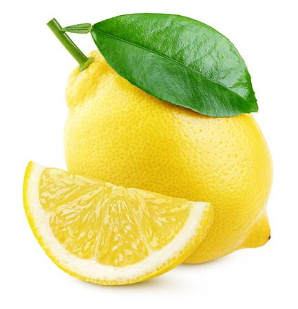 Reife gelbe Zitronenzitrusfrucht mit grünem Blatt und Scheibe lokalisiert auf weißem Hintergrund. Zitronen mit Beschneidungspfad. Volle Schärfentiefe.