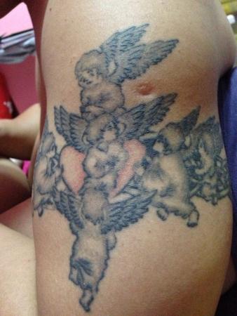 engel tattoo: Engel Tätowierung auf Arm des Mannes Lizenzfreie Bilder