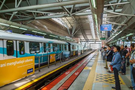 Kuala Lumpur Malaysia - circa August 2016: Rapid-KL LRT Bahnsteig mit Menschen warten. Rapid-KL ist ein neues öffentliches Verkehrsnetz in Kuala Lumpur und bietet Transport-Service mit 60 Stationen in Kuala Lumpur Malaysia. Editorial