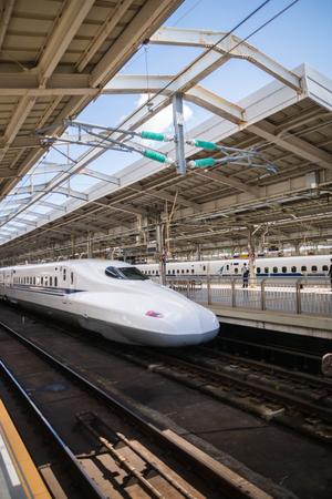 Osaka Japan - 29 oktober 2016: Shinkansen, bullet train, trein aankomen op het Shin Osaka in Osaka, Japan. De Shinkansen is een netwrok van high-speed spoorlijnen in Japan.