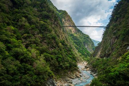 Taroko nationaal park canyon landschap in Hualien, Taiwan. Natuurlijke canyon en uitzicht op de rivier van Swallow Grotto (Yanzikou) wandelpad.